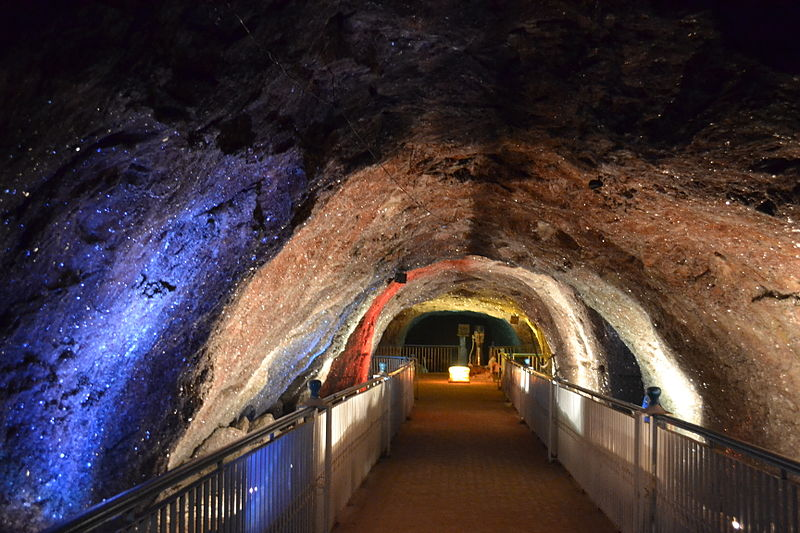 Khewra_Salt_Mine_-_Crystal_Deposits_on_the_mine_walls